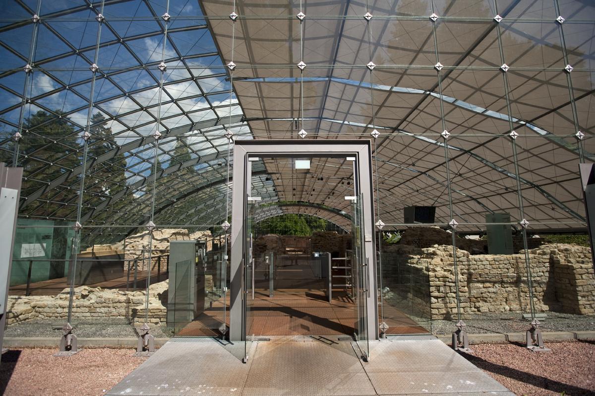 Außenansicht durch das Glasdach der Badruine; Foto: Staatliche Schlösser und Gärten Baden-Württemberg, Achim Mende