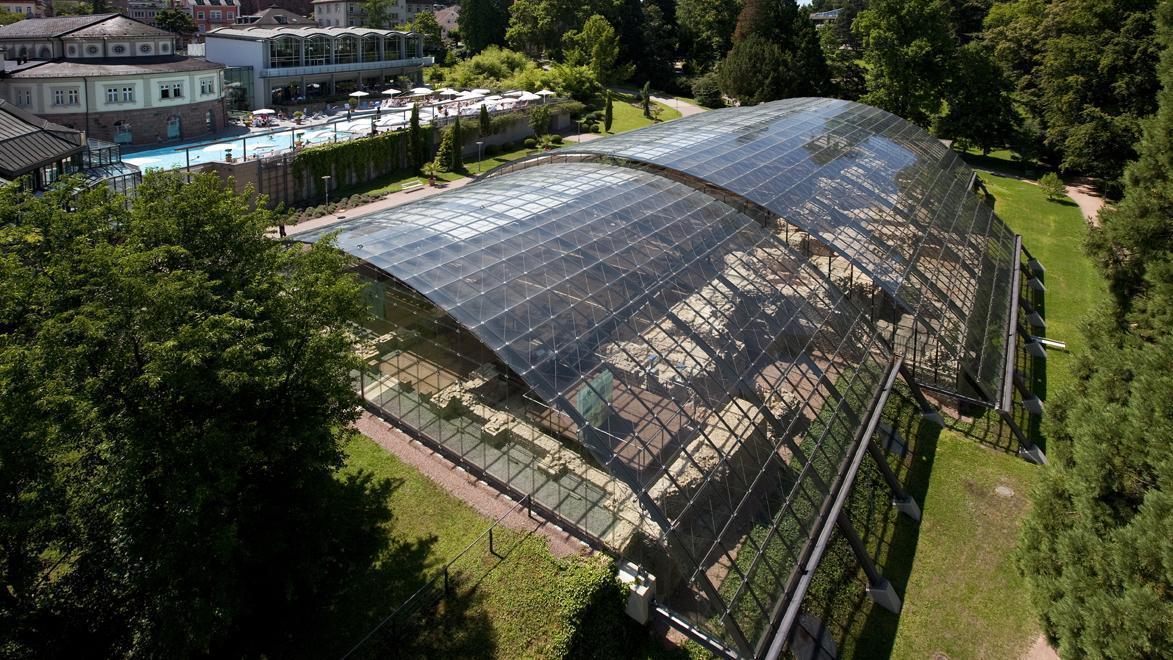 Luftaufnahme der römischen Badruine Badenweiler mit Blick durch das Glasdach; Foto: Staatliche Schlösser und Gärten Baden-Württemberg, Achim Mende