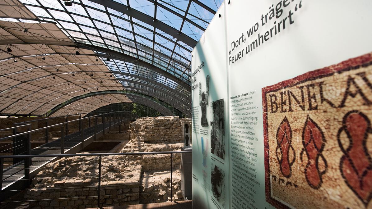 Blick in die Dauerausstellung mit einer Infotafel zu den Holzpantoffeln; Foto: Staatliche Schlösser und Gärten Baden-Württemberg, Achim Mende