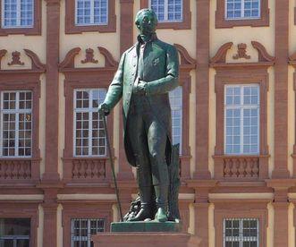 Denkmal Großherzog Karl Friedrich von Baden vor dem Schloss Mannheim; Foto: Landesmedienzentrum Baden-Württemberg, Urheber unbekannt