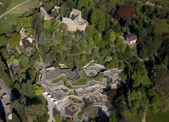Burgberg mit Ruine, Badruine und heutiger Kurparkanlage in Badenweiler