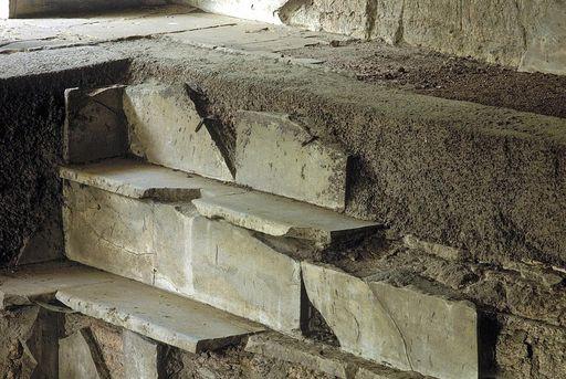Erhaltene Kalksteinplatten im westlichen Badebecken der römischen Badruine Badenweiler