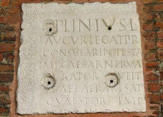 Gedenkstein für Plinius den Jüngeren in Mailand; Foto: Wikipedia, Giovanni d'all Orto; Foto: Wikipedia, gemeinfrei