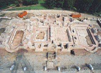 Luftaufnahme der Fundamente der römischen Badruine Badenweiler