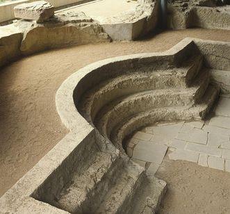Erhaltene Sitzstufen und Kalksteinplatten in einem Badebecken der römischen Badruine Badenweiler
