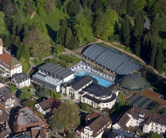 Badenweiler mit römischen und modernen Badeanlagen von oben